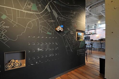壁一面にデザインされた黒板。