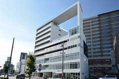 ビルの外観。1Fが飲食店、2〜3Fがオフィス、4〜5Fがシェアハウス、4〜9Fがマンスリーもしくは単身向けの一般賃貸が収まっています。(2015-12-09,共用部,OUTLOOK,1F)