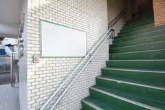 2Fへ上がる階段。上がるとシェアハウス専用の玄関があります。(2018-10-29,周辺環境,ENTRANCE,1F)