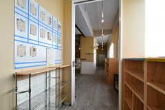 廊下の壁面にはコミュニケーションボードが設置されています。(2018-10-29,共用部,OTHER,2F)