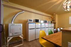 リビングの隅にはガス式の乾燥機が設置されています。冷蔵庫も専有部ごとに用意されています。(2018-10-29,共用部,LAUNDRY,2F)