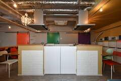 キッチンには猫対策で仕切り板が付いています。仕切り板はバタフライ型の自由蝶番なので、軽く押せば中に入れます。(2018-10-29,共用部,KITCHEN,2F)
