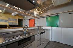 システムキッチンは対面で同タイプが2台設置されています。IHクッキングヒーターと食洗機が付いています。(2018-10-29,共用部,KITCHEN,2F)