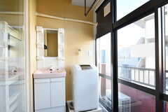 洗面台と洗濯機の様子。(202号室)(2018-10-29,専有部,ROOM,2F)