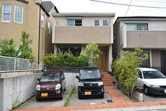 シェアハウスの外観。駐車場は2台分あります。(2016-07-03,共用部,OUTLOOK,1F)