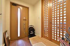 内部から見た玄関ドア周辺の様子。右手のドアを開けると、リビングです。(2016-07-03,周辺環境,ENTRANCE,1F)