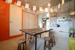 奥の空間は、周辺の住民もレンタル利用できるフリースペースです。(2014-10-10,共用部,LIVINGROOM,1F)