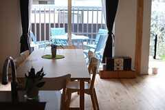 キッチンから見たリビングの様子。(106号室)※モデルルームです。(2014-10-10,専有部,ROOM,1F)