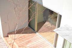 窓から見下ろしたテラス。(216号室)(2017-03-09,専有部,ROOM,2F)