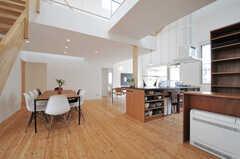 玄関側から見たリビングの様子。天井が高く開放的です。(2013-07-19,共用部,LIVINGROOM,1F)