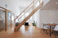 リビングを緩やかにゾーニングする階段。(2013-07-19,共用部,LIVINGROOM,1F)