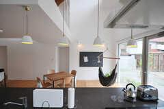キッチンから見たリビングの様子。キッチン家電は、家電コンシェルジュがチョイスしたのだそう。(2013-07-19,共用部,KITCHEN,1F)