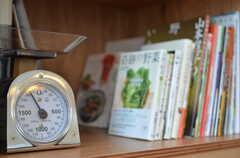 キッチンの棚には、料理本も並んでいます。(2013-07-19,共用部,KITCHEN,1F)
