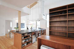 部屋ごとに食材などを置くことができる収納棚があります。ホットプレートなども用意されています。(2013-07-19,共用部,KITCHEN,1F)