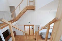階段の様子3。リビングと玄関の間には、ガラスの引き戸があります。(2013-07-19,共用部,OTHER,2F)