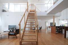 階段を中心に、右手がダイニング&キッチンゾーン、左手がリビングゾーンに分かれています。(2013-08-09,共用部,LIVINGROOM,1F)