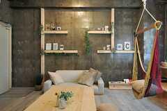 壁の一面には飾り棚が設けられています。(2014-06-03,共用部,LIVINGROOM,1F)