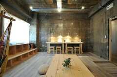 壁に向かってカウンター・テーブルが設けられています。(2014-06-03,共用部,LIVINGROOM,1F)
