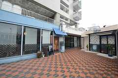 マンションの2Fにはレストランや美容院がテナントとして入っています。1Fにはフィットネスジムができる予定。(2014-09-08,共用部,ENVIRONMENT,2F)