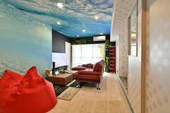リビングの様子。天井はビッグウェーブを真下から見上げた壁紙。(2017-01-16,共用部,LIVINGROOM,6F)