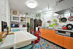 ダイニングの様子。キッチンはオレンジ色。(2017-01-16,共用部,LIVINGROOM,6F)