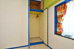 収納の様子。洋服も掛けられます。(604号室)(2017-01-16,専有部,ROOM,6F)