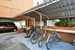 自転車置き場の様子。駐車場もあります。(2017-01-16,共用部,GARAGE,1F)
