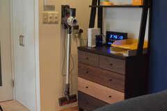 壁にはダイソンの掃除機が設置されています。入居者さんは自由に使えます。(2018-03-30,共用部,LIVINGROOM,6F)