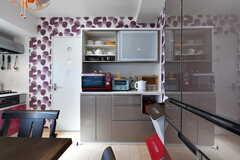 キッチン家電と食器棚の様子。(2018-03-30,共用部,KITCHEN,6F)