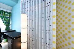 クローゼットにはカーテンが取り付けられています。(601号室)(2018-03-30,専有部,ROOM,6F)