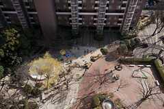 見下ろすと、マンションの敷地内にある公園ビュー。(2012-03-27,共用部,LIVINGROOM,14F)