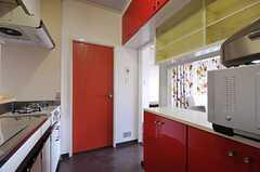 キッチンの様子3。赤いドアは廊下へ続いています。(2012-03-27,共用部,KITCHEN,14F)