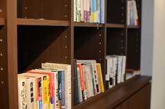 本棚にはビジネスに関する書籍が並びます。(2014-06-03,共用部,LIVINGROOM,6F)