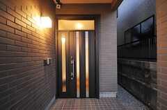 シェアハウスの正面玄関。(2012-12-09,周辺環境,ENTRANCE,1F)