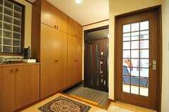 内部から見た玄関周辺の様子。ドアの先が、リビングです。(2012-12-09,周辺環境,ENTRANCE,1F)