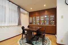 シックなダイニングテーブル。奥には食器棚。(2012-12-09,共用部,LIVINGROOM,1F)
