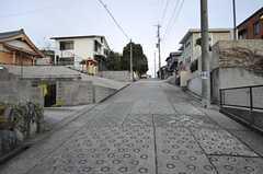 シェアハウス前の通りの様子。敷地の広い、低層の家が並んでいます。(2012-12-09,共用部,ENVIRONMENT,1F)