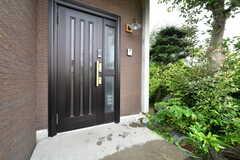 玄関ドアの様子。(A棟)(2018-05-23,周辺環境,ENTRANCE,1F)