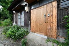 玄関ドアの様子。玄関のナンバーはA棟と同じで、どちらの棟の入居者さんも自由に行き来できます。(B棟)(2018-05-23,周辺環境,ENTRANCE,1F)