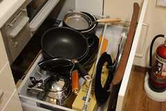 コンロ下の収納には調理器具が収まっています。(2015-09-24,共用部,KITCHEN,1F)