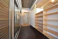 ドア脇に靴箱が設けられています。(2014-03-19,共用部,OTHER,1F)