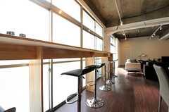 窓辺にはカウンターテーブルが設けられています。(2014-03-19,共用部,LIVINGROOM,1F)
