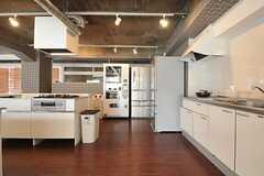 キッチンには自動販売機が置かれています。(2014-03-19,共用部,KITCHEN,1F)