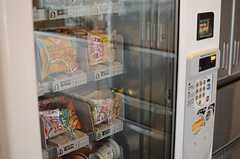 お菓子の自動販売機。(2014-03-19,共用部,KITCHEN,1F)