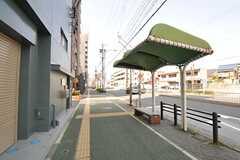 建物の目の前はバス停です。(2014-03-19,共用部,ENVIRONMENT,1F)
