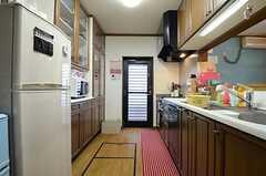 キッチンの様子2。ドアの先は屋外の物干しスペース。(2015-07-22,共用部,KITCHEN,1F)