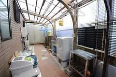 キッチン脇のドアを抜けた先は、洗濯機が設置された物干しスペース。(2015-07-22,共用部,LAUNDRY,1F)