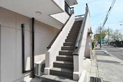 外階段の様子。階段前は駐輪場として使えます。(2017-04-05,共用部,OTHER,1F)