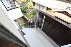 ベランダの様子。非常階段が付いています。(2017-04-05,共用部,OTHER,2F)