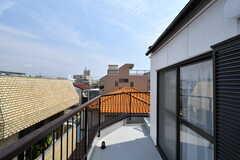 ベランダには屋上へ上がる階段があります。(2017-04-05,共用部,OTHER,3F)
